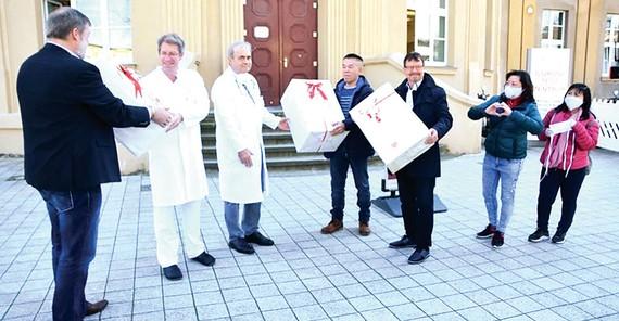 Cộng đồng người Việt tại TP Rostock, Đức tặng khẩu trang  cho Bệnh viện Trường Đại học Y Rostock