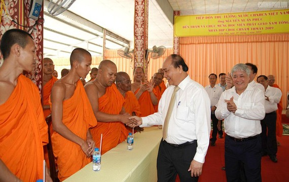 Thủ tướng Nguyễn Xuân Phúc tại Học viện Phật giáo Nam tông Khmer ngày 7-4-2019. Ảnh: VGP.