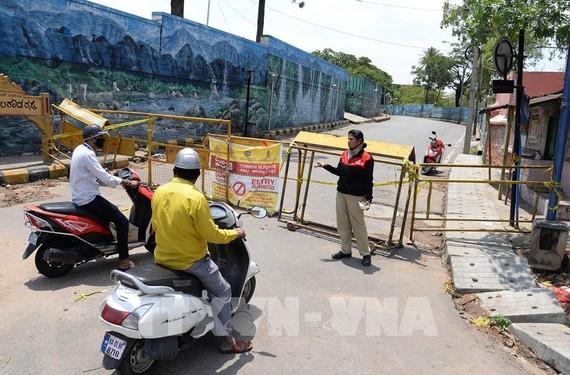 Một tuyến đường bị phong tỏa tại Bangalore, Ấn Độ ngày 10/4/2020 nhằm ngăn chặn sự lây lan của COVID-19. Ảnh: THX/ TTXVN