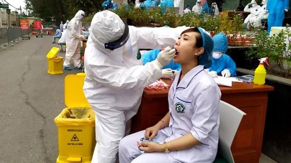 Cán bộ y tế dự phòng Hà Nội lấy mẫu bệnh phẩm của nhân viên y tế Bệnh viện Bạch Mai để xét nghiệm Covid-19