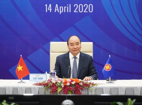 Thủ tướng  Nguyễn Xuân Phúc, Chủ tịch ASEAN 2020,  phát biểu  tại Hội nghị trực tuyến Cấp cao đặc biệt ASEAN về ứng phó dịch Covid-19.  Ảnh: QUANG PHÚC