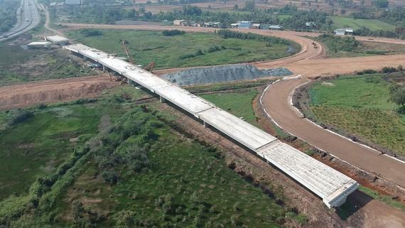 Công trình thi công cao tốc Trung Lương - Mỹ Thuận tại xã Tam Hiệp,  huyện Châu Thành, tỉnh Tiền Giang ngày 14-4-2020. Ảnh: CAO THĂNG