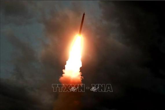 Một vụ thử tên lửa đạn đạo tại địa điểm không xác định ở Triều Tiên. Ảnh tư liệu: AFP/TTXVN