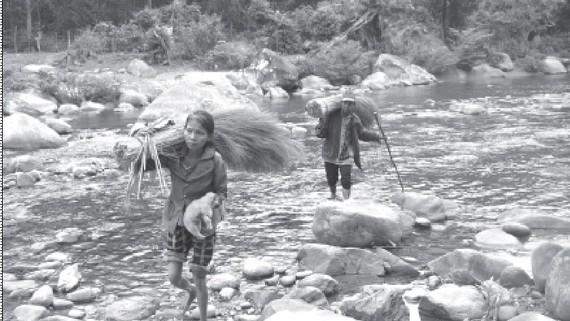 Chị Đút cùng chồng sau một ngày vào rừng thu hoạch đót