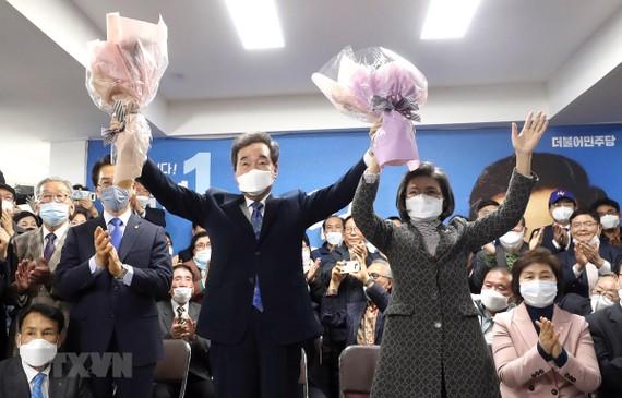 Cựu Thủ tướng Hàn Quốc Lee Nak-yon (giữa, phía trước), ứng viên của Đảng Dân chủ đồng hành cầm quyền, mừng chiến thắng sau khi kết quả bầu cử Quốc hội khóa 21 được công bố. Ảnh: AFP/TTXVN
