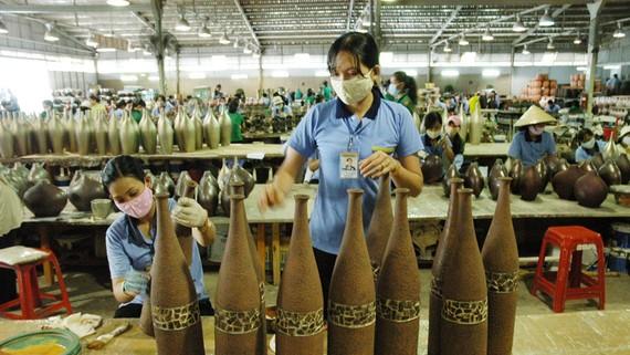 Chế tác sản phẩm thủ công mỹ nghệ xuất khẩu  tại huyện Hóc Môn, TPHCM. Ảnh: CAO THĂNG
