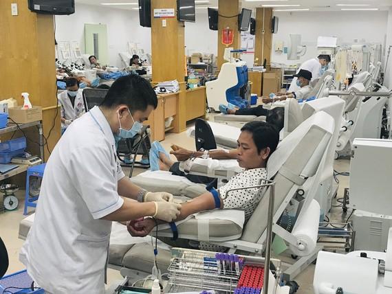 Người dân hiến máu tại Bệnh viện Truyền máu Huyết học TPHCM. Ảnh: TIỂU TÂN