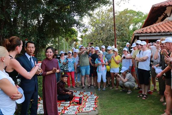 Hướng dẫn viên hướng dẫn khách du lịch nước ngoài tham quan Việt Nam dịp Tết 2020