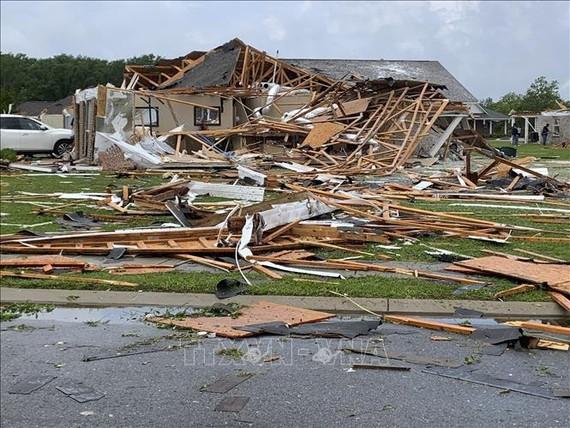 Nhà cửa bị hư hại sau bão và lốc xoáy tại thành phố Monroe, bang Louisiana, Mỹ ngày 13-4-2020. Ảnh: AFP/TTXVN