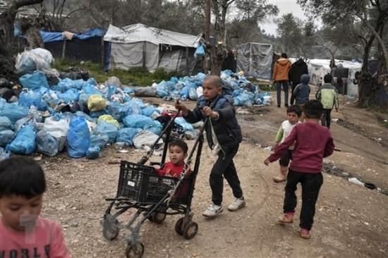 Trẻ em di cư tại trại tị nạn Moria trên đảo Lesbos, Hy Lạp ngày 7-3-2020. Ảnh: AFP/ TTXVN