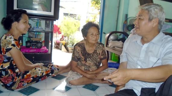 Ông Nguyễn Công Bình, Trưởng ban Điều hành khu phố 1 (phường 12, quận 10),  gặp các hộ dân thời điểm trước Tết Nguyên đán để nắm tình hình đời sống