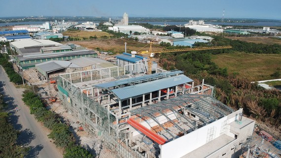 Nhà máy sản xuất giấy đang xây dựng trong KCN Hiệp Phước, TPHCM. Ảnh: CAO THĂNG