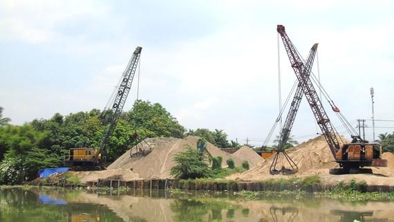Các bãi tập kết cát bên bờ sông Đồng Nai, đoạn qua thị xã Tân Uyên (tỉnh Bình Dương)
