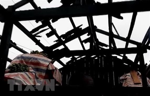 Nhiều mái nhà của dân bị mưa đá làm hư hại hoàn toàn tại xã mù Sang, huyện Phong Thổ, tỉnh Lai Châu. Ảnh: TTXVN