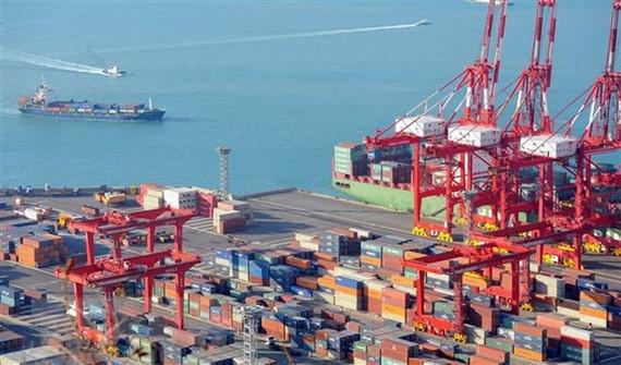 Hàng hóa được xếp tại cảng ở Busan, Hàn Quốc. Ảnh: AFP/TTXVN