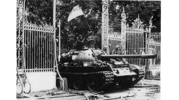 Xe tăng quân giải phóng tiến thẳng vào dinh Độc Lập vào trưa 30-4-1975. Ảnh tư liệu