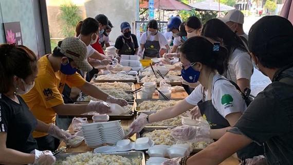Các bạn trẻ tham gia nấu và phát cơm  đến bà con khó khăn ở TPHCM