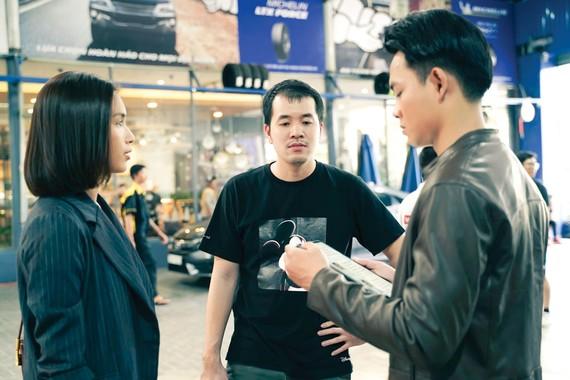 Đạo diễn Trịnh Đình Lê Minh (giữa) trên phim trường Bằng chứng vô hình. Ảnh: Đoàn phim cung cấp