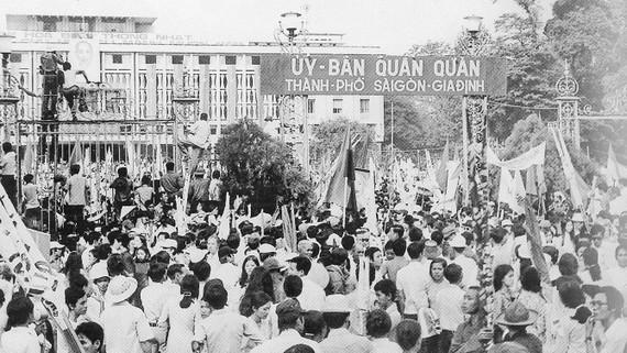 Hơn 300.000 người dân Sài Gòn chào đón Ủy ban Quân quản Thành phố Sài Gòn - Gia Định. Ảnh: T.L