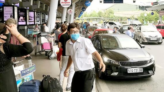 Hành khách mang khẩu trang tại sân bay Tân Sơn Nhất