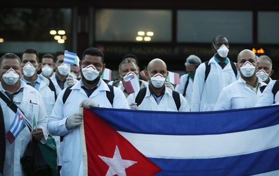 Các bác sĩ Cuba khi đến hỗ trợ y tế tại Italy. Ảnh: AP