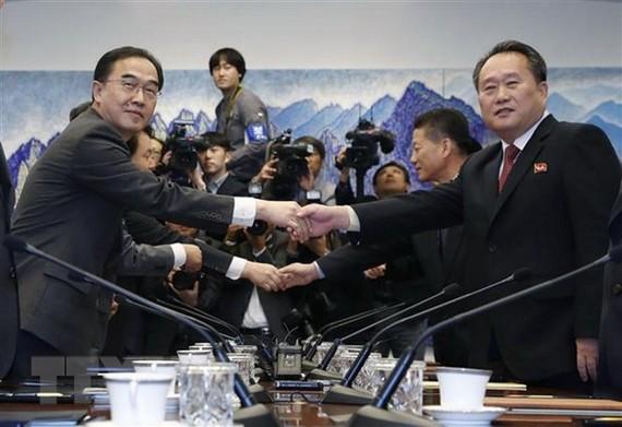 Bộ trưởng Thống nhất Hàn Quốc Cho Myoung-gyon (trái) và Chủ tịch Ủy ban Tái thống nhất hòa bình Triều Tiên Ri Son-gwon (phải) tại cuộc đối thoại ở làng đình chiến Panmunjom ngày 15-10- 2018. Ảnh: AFP/TTXVN