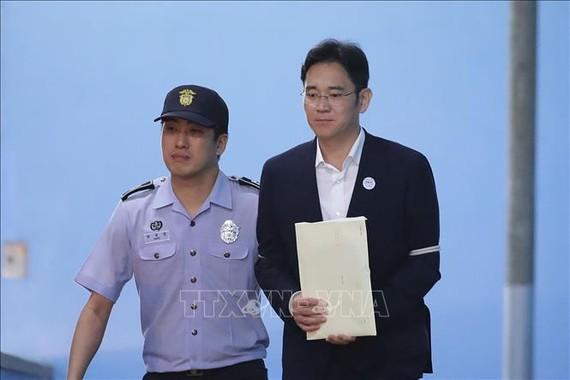 Người thừa kế tập đoàn Samsung Lee Jae-yong (phải) rời Tòa án quận trung tâm Seoul, Hàn Quốc ngày 25/8/2017. Ảnh tư liệu: AFP/TTXVN