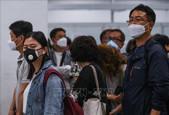 Người dân đeo khẩu trang để phòng tránh lây nhiễm COVID-19 tại sân bay quốc tế Kuala Lumpur, Malaysia. Ảnh: AFP/TTXVN