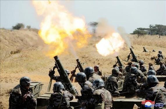 Binh sĩ Quân đội Nhân dân Triều Tiên tập trận bắn súng cối, ngày 10-4-2020. Ảnh: Yonhap/TTXVN