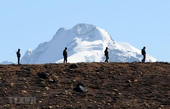 Binh sĩ Ấn Độ tuần tra tại khu vực biên giới với Trung Quốc ở bang Arunachal Pradesh (Ấn Độ). Ảnh: AFP/TTXVN