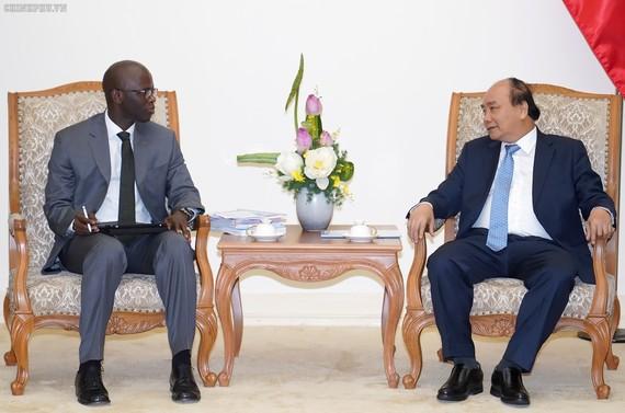 Thủ tướng Nguyễn Xuân Phúc tiếp Giám đốc quốc gia Ngân hàng Thế giới (WB) tại Việt Nam Ousmane Dione. Ảnh: VGP