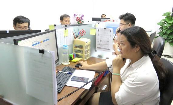 Nhân viên trực tổng đài 24/7 tiếp nhận phản ánh của khách hàng tại Công ty cổ phần Cấp nước Chợ Lớn