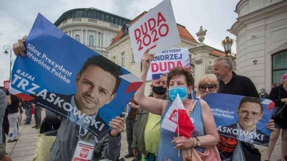 Vận động cử tri bỏ phiếu trong cuộc bầu cử tổng thống Ba Lan. Ảnh:Reuters