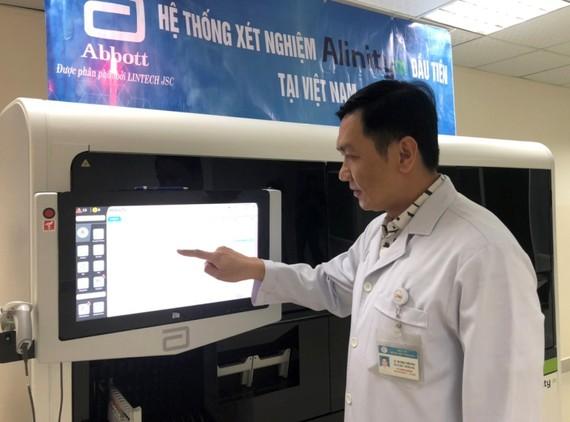 hệ thống xét nghiệm chẩn đoán bằng sinh học phân tử hiện đại Alinity m. Ảnh: VGP