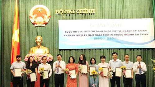 Trao giải cho nhóm tác phẩm, tác giả  đạt giải A. Ảnh: HNV