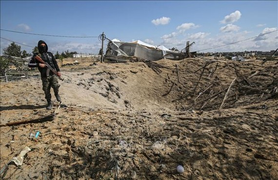 Hiện trường một vụ không kích của Israel xuống khu vực Khan Yunis ở Dải Gaza ngày 25-2-2020. Ảnh tư liệu: AFP/TTXVN