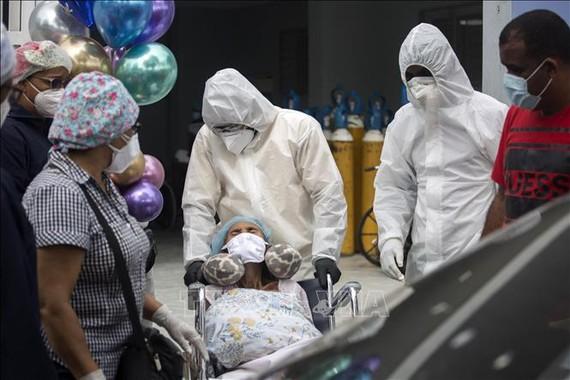 Điều trị cho bệnh nhân nhiễm COVID-19 tại bệnh viện ở Santo Domingo, Dominica, ngày 13-8-2020. Ảnh: AFP/TTXVN