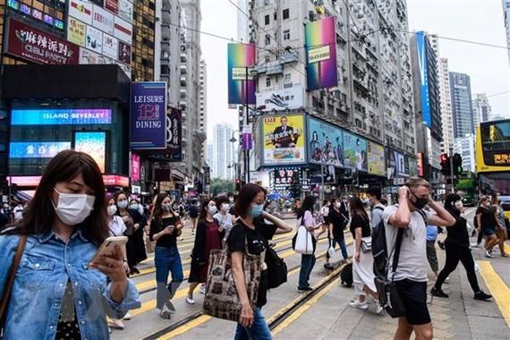 Người dân đeo khẩu trang phòng dịch Covid-19 tại Hồng Công,Trung Quốc. Ảnh: AFP/TTXVN