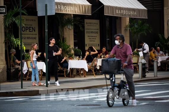 Một nhà hàng mở cửa đón khách tại New York, Mỹ. Ảnh: THX/TTXVN