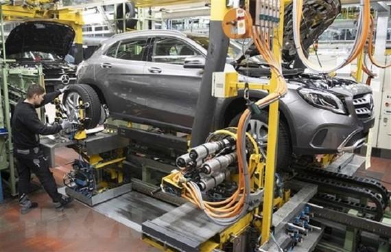 Công nhân hoàn thiện lắp ráp xe ô tô Mercedes Benz A tại nhà máy sản xuất xe Daimler ở Rastatt, miền Tây Nam Đức. Ảnh: AFP/TTXVN