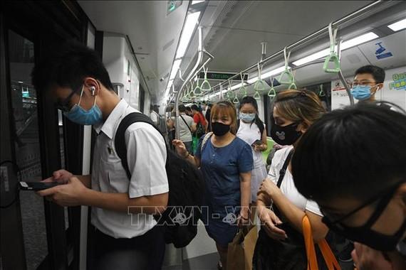 Người dân đeo khẩu trang phòng lây nhiễm COVID-19 trên tàu hỏa ở Singapore ngày 3/6/2020. Ảnh: THX/TTXVN