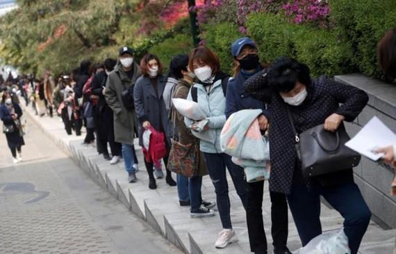 Người đăng ký tìm việc xếp hàng chờ phỏng vấn tại Seoul, Hàn Quốc. Ảnh: Reuters/TTXVN