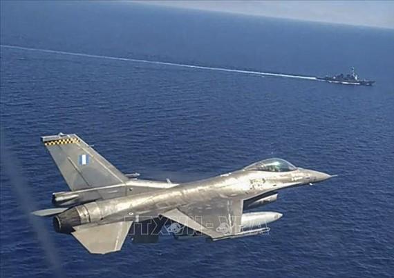 Máy bay chiến đấu F-16 và tàu chiến của Hải quân Hy Lạp tham gia tập trận ở Đông Địa Trung Hải ngày 24-8-2020. Ảnh: AFP/TTXVN
