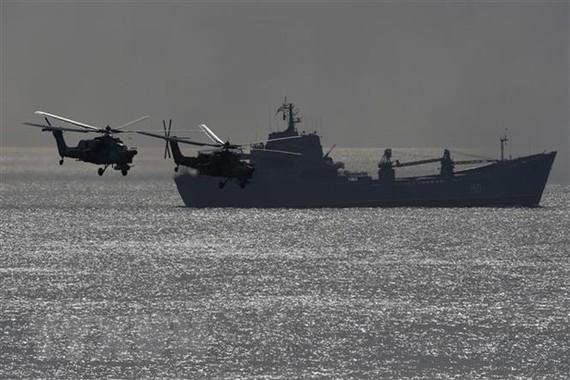 Tàu chiến và trực thăng quân sự của Nga. Nguồn: AFP/TTXVN