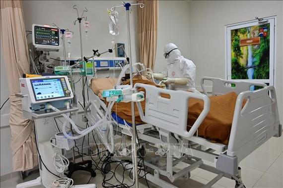 Nhân viên y tế điều trị cho bệnh nhân COVID-19 tại bệnh viện ở thành phố Bogor, Tây Java, Indonesia. Ảnh: AFP/TTXVN