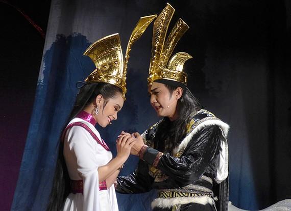"""Điền Trung (Trọng Thủy) và Lệ Trinh (Mỵ Châu) trong vở """"Truyền tích Cổ Loa xưa"""". Ảnh: H.K"""