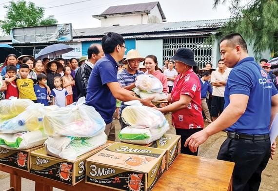 Đại diện Báo SGGP trao quà cứu trợ người dân xã Hải Sơn, huyện Hải Lăng, tỉnh Quảng Trị. Ảnh: NGUYỄN HOÀNG