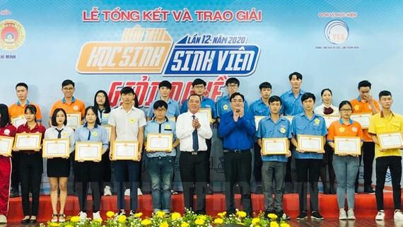 Trao giải cho các thí sinh đoạt giải nhất hội thi.