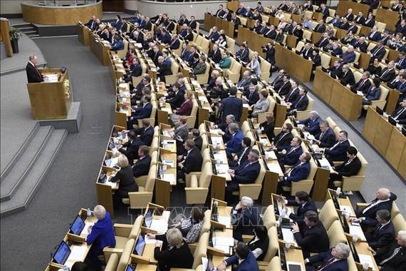 Tổng thống Nga Vladimir Putin (trái) phát biểu tại phiên họp Duma Quốc gia ở Moskva. Ảnh: AFP/TTXVN