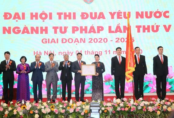 Chủ tịch Quốc hội Nguyễn Thị Kim Ngân trao Huân chương Lao động hạng Nhất cho ngành tư pháp. Ảnh: VGP